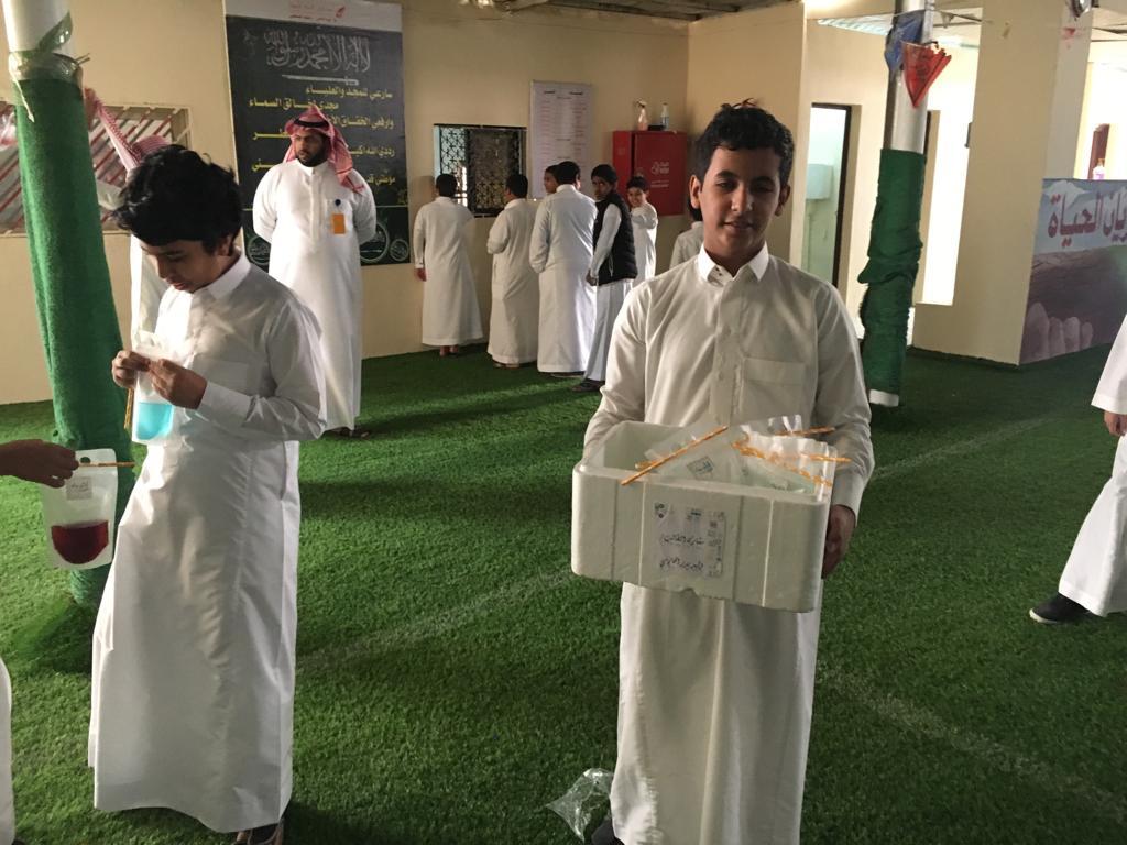 تقديم هدايا لطلاب المدرسة