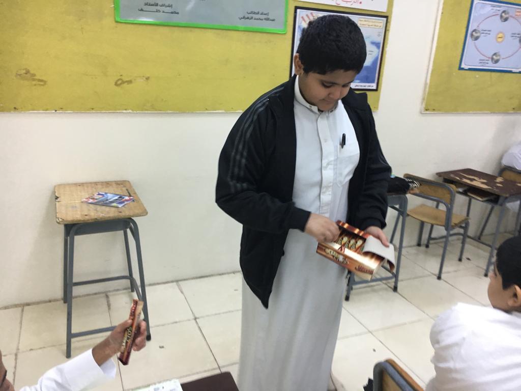 تقديم هدايا لطلاب صف أول